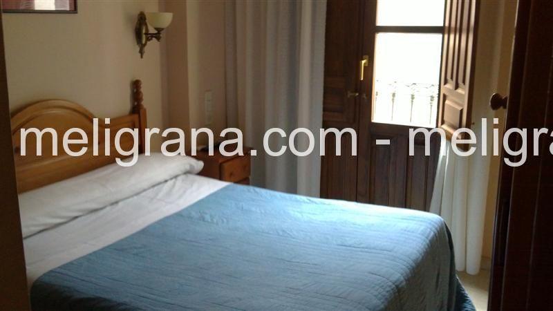 Habitación doble con cama de matrimonio y baño.