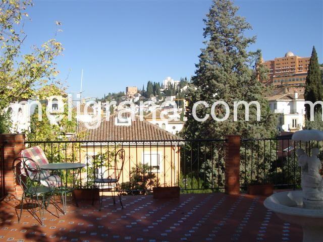 Terraza con fantásticas vistas a la colina de la Alhambra y a Sierra Nevada.