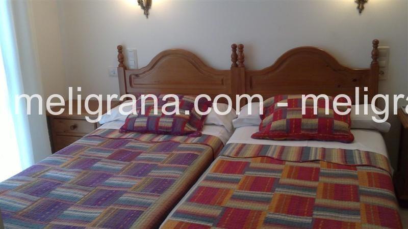 Habitación Doble con dos camas y baño.